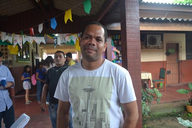 Marcelo Dias, diretor da escola diz que tem orientado os alunos a trazer o copo de casa