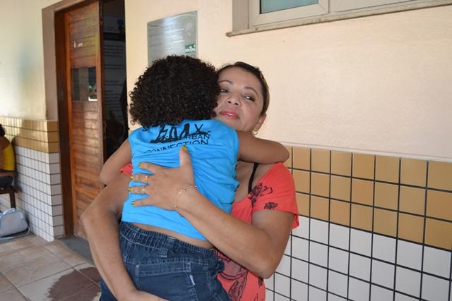Paula Queiroz e o filho dores no ouvido