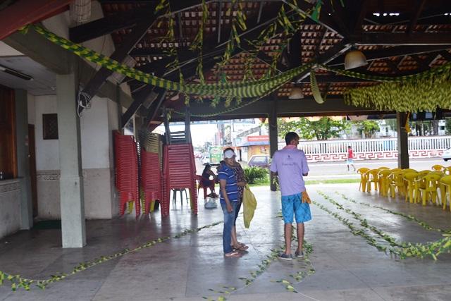Comerciante Serena Dias ornamenta quiosque da Beira Rio