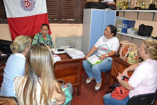 Técnicos conversam com professores da escola Lauro Chaves