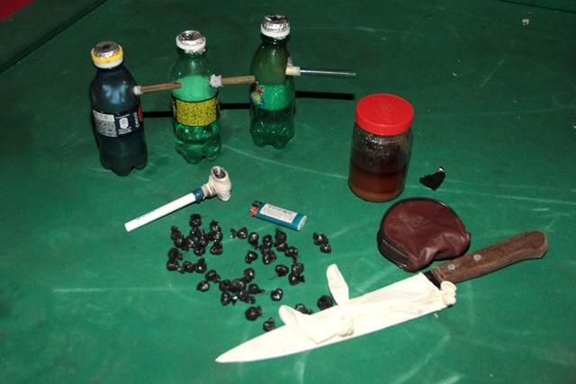 Drogas e armas brancas apreendida. No total foram cerca de 100 papelotes de entorpecentes