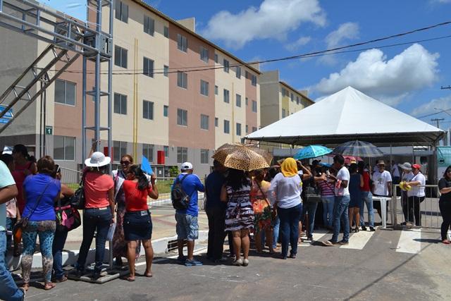 A organização criou filas para visitar apartamentos, assinar documentos. Muita gente reclamou do horário do evento