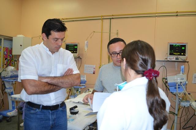 Deputado Furlan e Fernando Nascimento, do Sindicato dos Médicos, conversam com profissional de plantão no PAI
