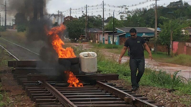 A estrada de ferro chegou a ser interditada por trabalhadores contratados pela empresa que não recebiam pagamento