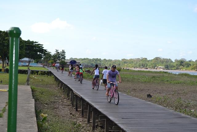 Trânsito intenso de bicicletas na cabeceira da pista do aeroporto