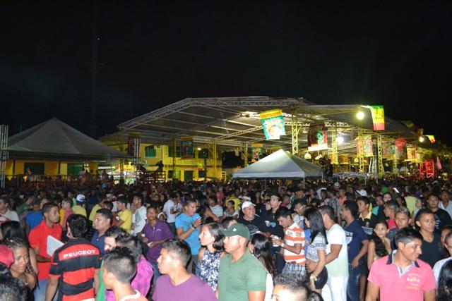 A famosa quadra da praça lotada na terceira noite