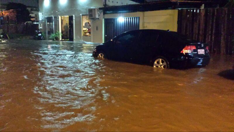 Um restaurante de comida saudável foi invadido pelas águas no Centro