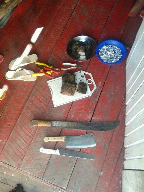 Material encontrado num barraco. Suspeitos conseguiram fugir. Foto: PM