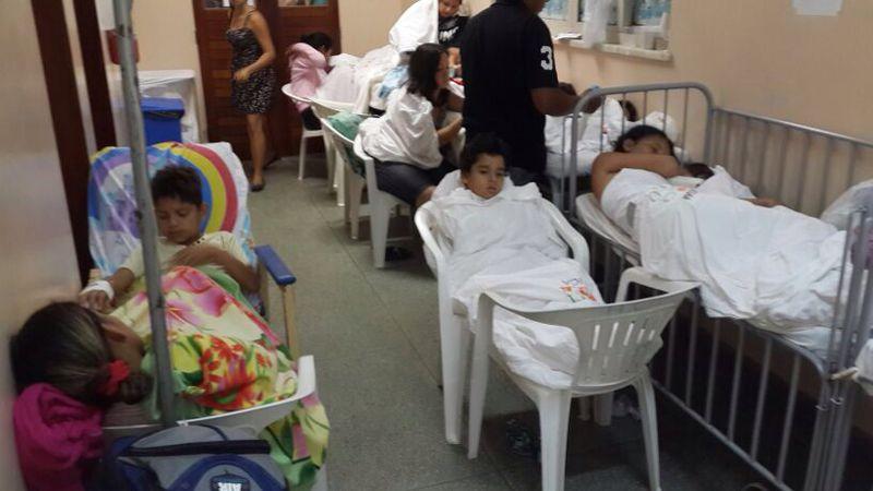 Crianças internadas em cadeiras de plástico. Fotos: Sindmed