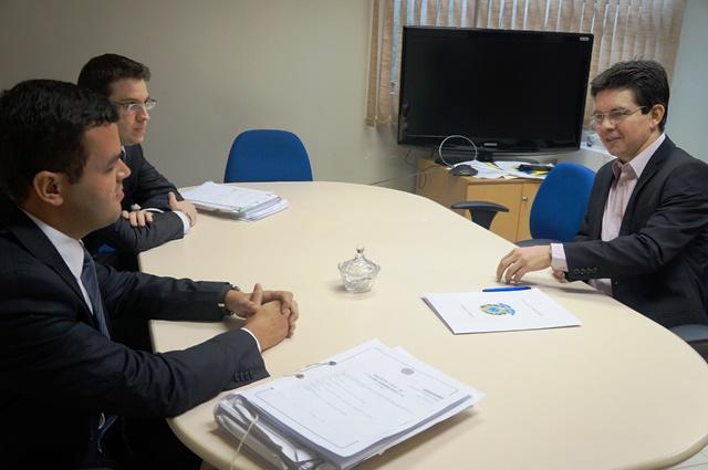 Randolfe Rodrigues com procuradores do MPF: indenização coletiva