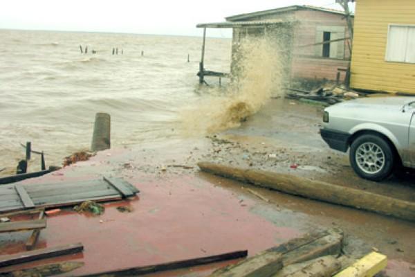 agua invade casas no Aturia