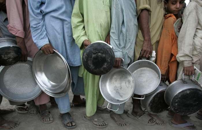 tem muita gente que tem pouco, come pouco ou quase nada, que bebe o que tem agora, e implora para que suas crias não morram de sede e fome, e morrem