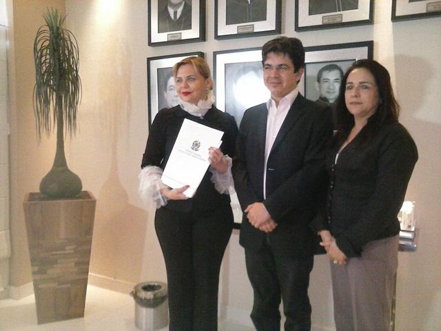 Senador Randolfe Rodrigues entrega representação para a Procuradora Ivana Cei