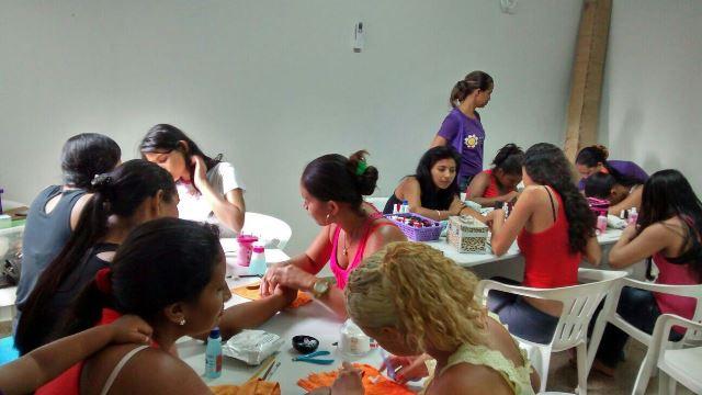 Mulheres que moram em bairros violentos aprendem profissão dentro de UPC