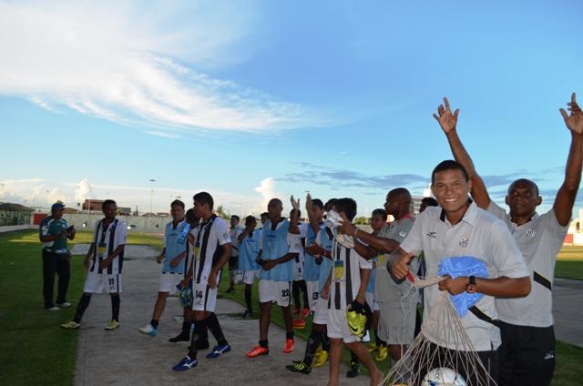 Santos joga pela liderança neste domingo