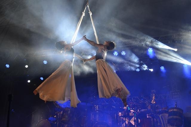Uma das performances do grupo que mistura músico, circo e teatro
