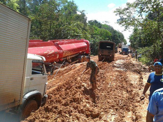 Caminhões com comida e combustível não conseguiam passar nos atoleiros