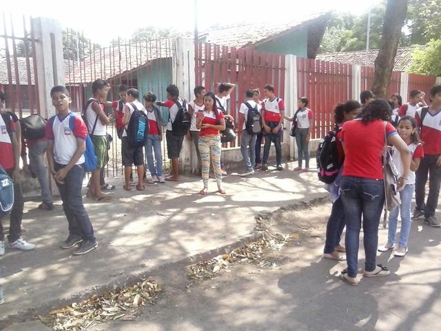 Estudantes da Escola Azevedo Costa estão com medo de assaltos