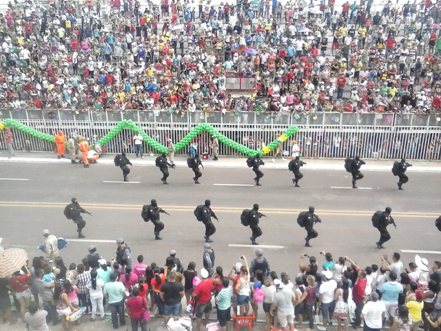 Cerca de 9 mil pessoas, segundo a PM, assistiram ao desfile
