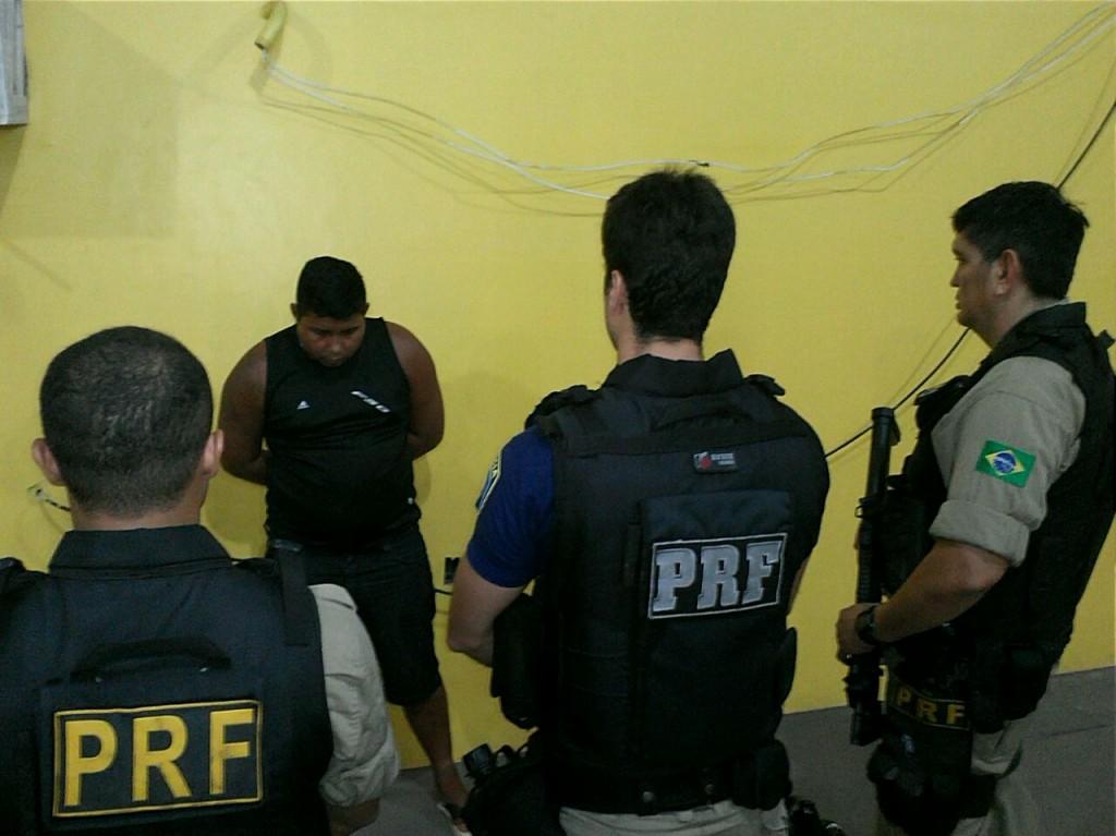 Policiais rodoviários prenderam duas pessoas por porte ilegal de arma de fogo