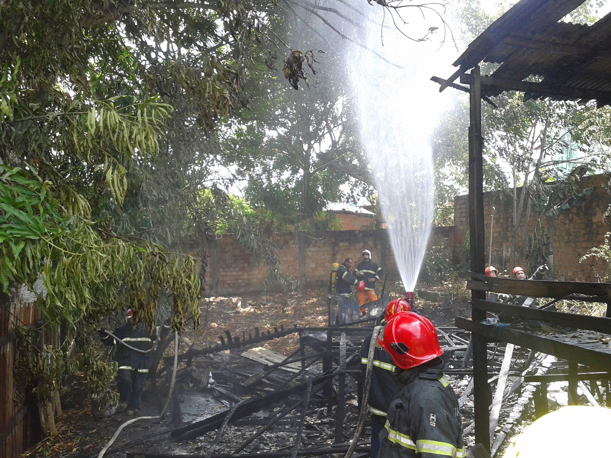 Incêndio que destruiu uma casa no Bairro Marco Zero. Zona Sul de Macapá