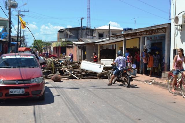 Moradores bloqueiam rua no Cidade Nova