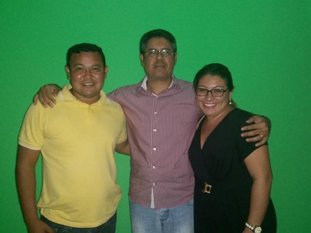 O entrevistador Seles Nafes entre Eduardo Neves (PSB) e Stephany Marques (PDT)
