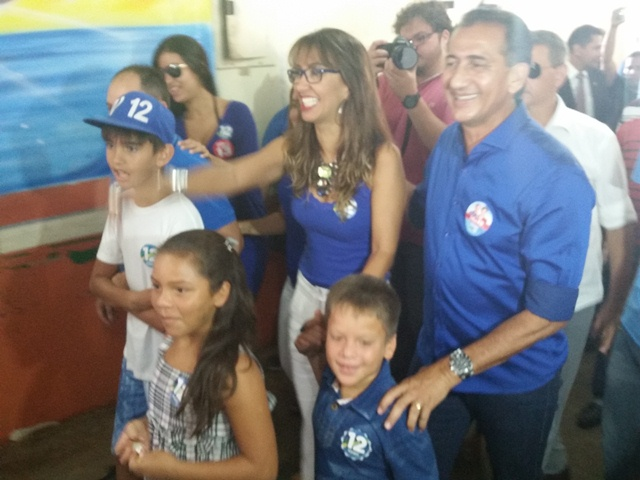 """Waldez Góes acompanhado da família: """"as pessoas tem compreendido o nosso discurso"""""""