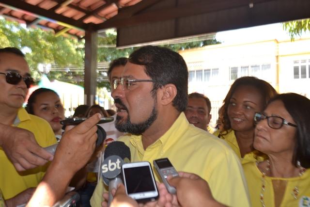 Camilo vota acompanhado da família e militantes