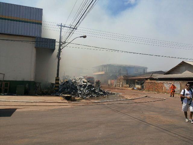 Entulho fumegante começou a ser retirado para desobstruir caminho. Foto: Jane Viana