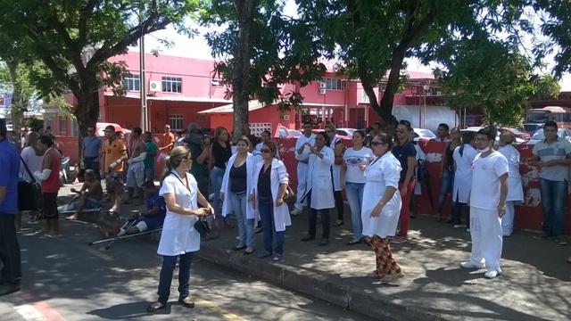 Enfermeiros se juntam aos pacientes no HE para protestar