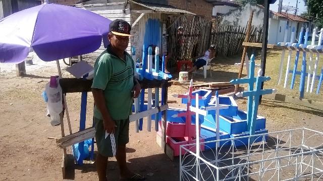 Benedito Farias vende cruzes e caixilhos