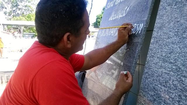 """Finados: """"meu ponto de trabalho é o cemitério"""", diz pintor"""