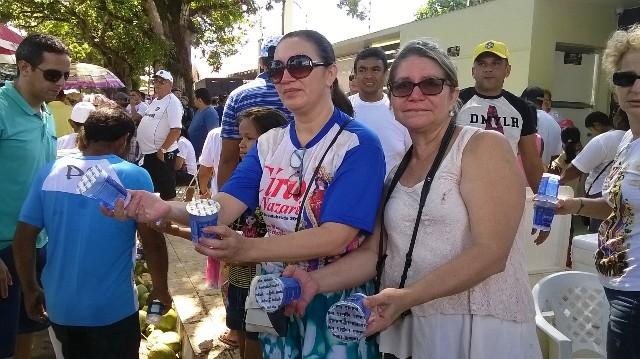 Terezinha paga promessa há 10 anos distribuindo água
