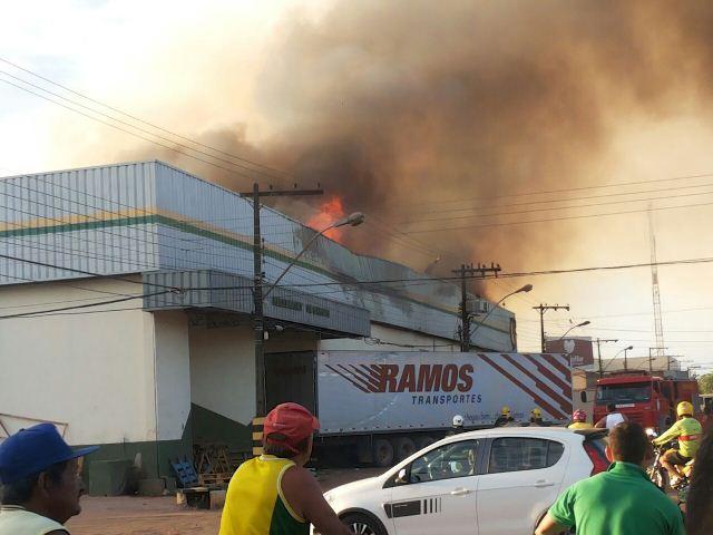 Fogo destruiu todo o interior do prédio, mas não atingiu casas vizinhas