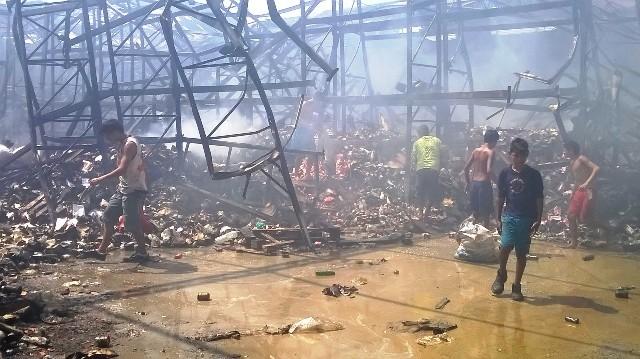 VÍDEO: armazém que pegou fogo é saqueado