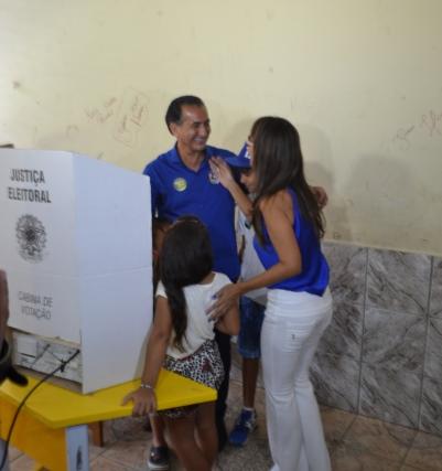 Waldez Góes com a família na hora de votar