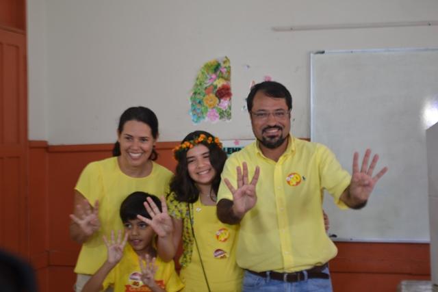 Camilo Capiberibe com os filhos depois de votar