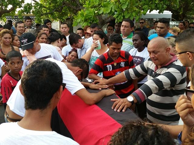 Amigos envolveram o caixão com a bandeira do Flamengo