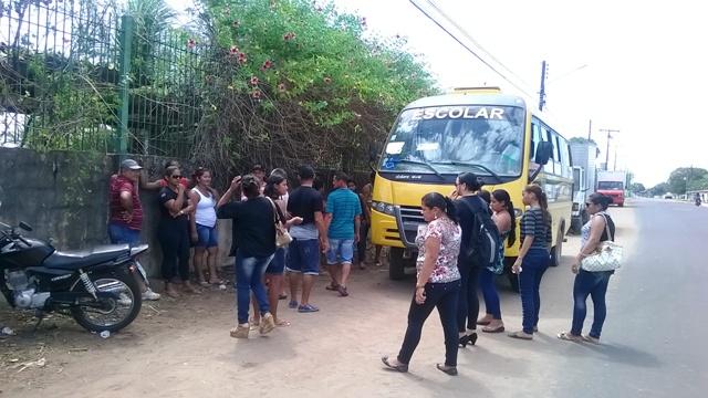 Amigos e parentes vieram em um ônibus para o enterro. Família ter velado o corpo do filho