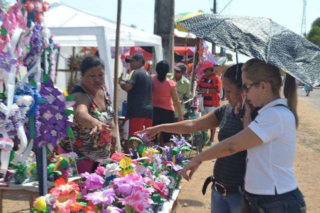 """""""As vendas garantem a ceia de Natal"""", diz comerciante no Cemitério São José"""