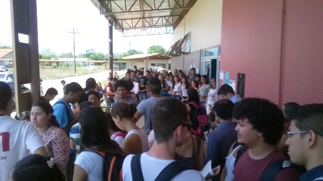 Estudantes em manifestação nesta sexta-feira contra a comida do RU