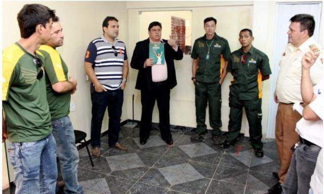 Responsáveis pelo projeto em reunião na sede da Guarda Municipal