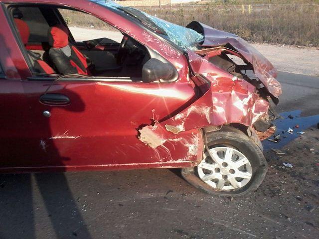 Carro vermelho foi atingido de frente pelo táxi. Fotos: Amós Silva