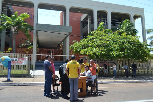 O juiz montou gabinete em frente ao Fórum de Macapá