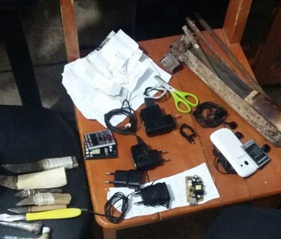 Armas e outros objetos encontrados no Pavilhão P3. Foto: Iapen