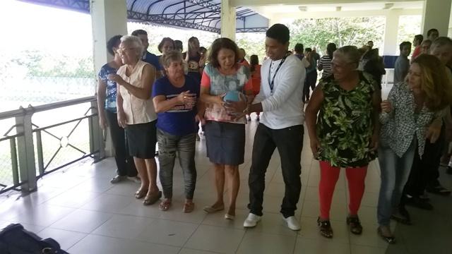 Profissionais de saúde em atividades com idosos no Sesc