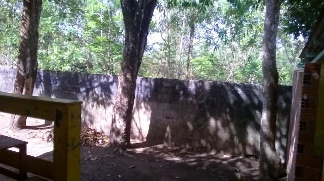 Muro lateral da escola por onde os bandidos entraram