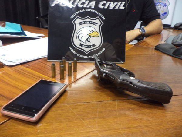 Arma apreendida com um dos acusados