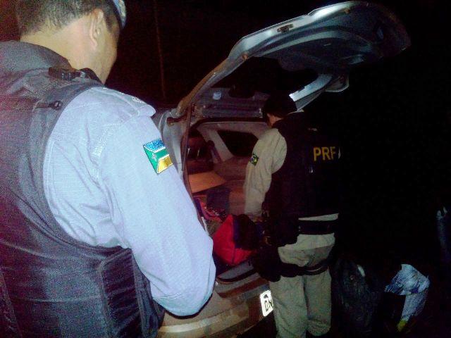 Policiais revistam carros em Oiapoque